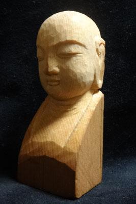 一本の彫刻刀で彫る、お地蔵さんのお顔の制作場面の動画を制作しました。