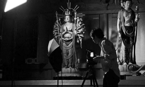 仏像の撮影をする写真家の目