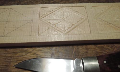 カスタムナイフで花菱を彫刻