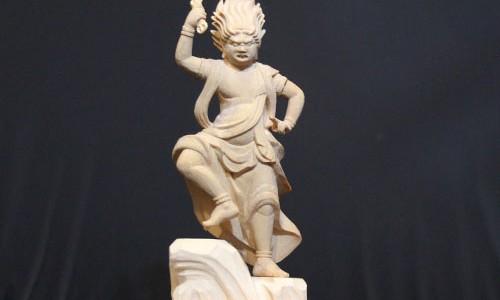 蔵王権現の彫刻と三鈷杵の取り付け