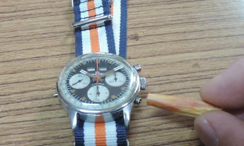 古いワックマンの腕時計のリセットボタンを木の節で制作してみました。