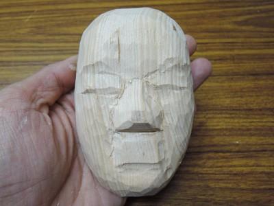 半分のサイズで能面を彫刻する 小面 2
