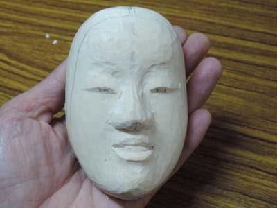 半分のサイズで能面を彫刻する 小面 4