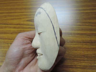半分のサイズで能面を彫刻する 小面 6  目鼻口の穴をあける