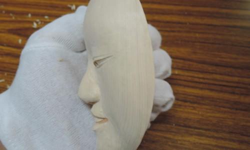 半分のサイズで能面を彫刻する 小面 7 表面の仕上げ