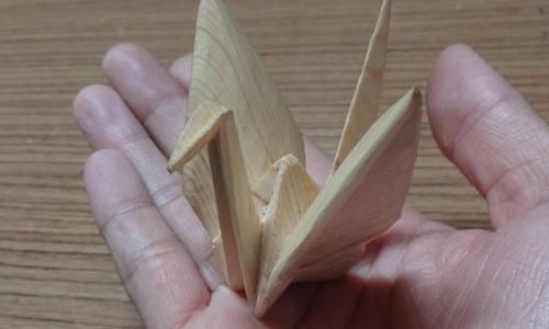 折り鶴を木彫する 1