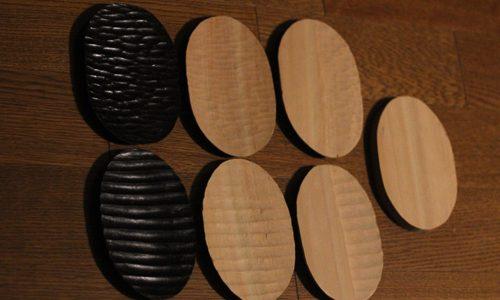 ワークショップで作る楕円形の小皿の彫刻